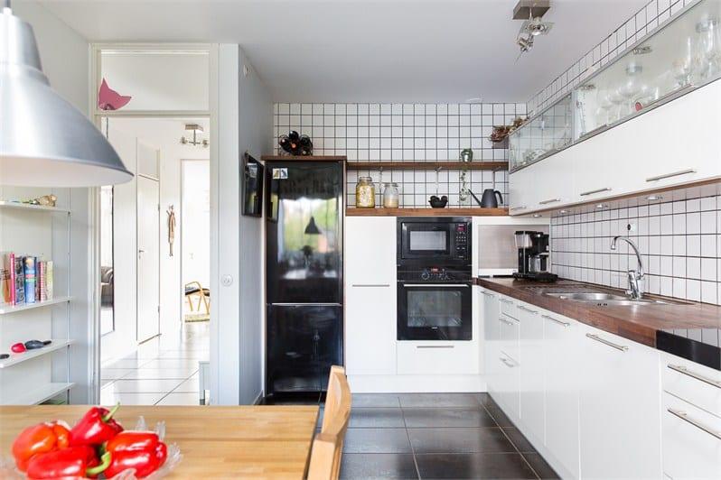 Дизайн кухни с черным холодильником фото