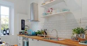 Деревянная столешница на белой кухне