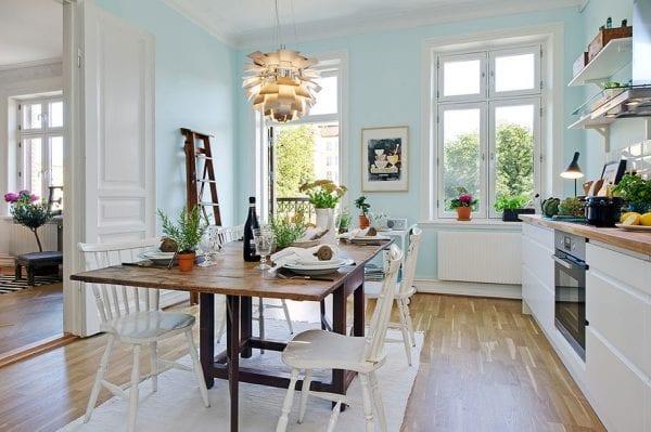 Белоснежный кухонный гарнитур на фоне бледно-голубых стен