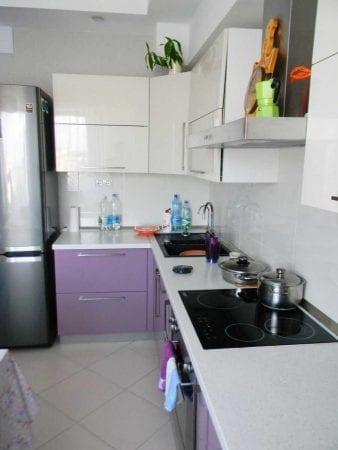 Интерьер кухонного пространства с гладкими фасадами