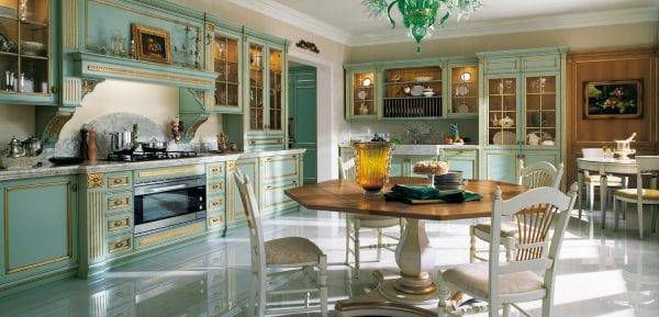 Кухня со столовой и гостиной с порталом в классическом стиле возле вытяжки