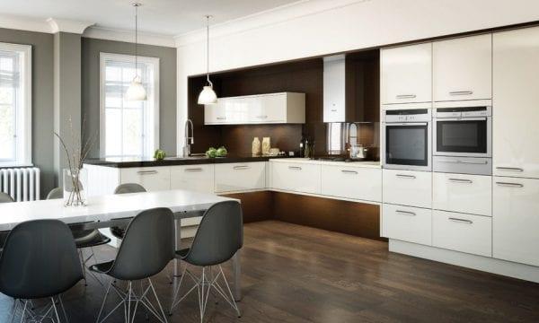 Кухня в стиле контемпорари: классическая белая палитра фасадов в сочетании с золотым деревом и темной столешницей
