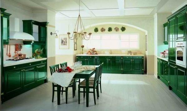 Темно-зеленая кухня