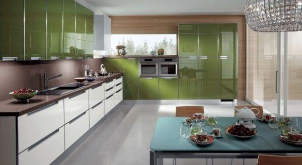 Дизайн кухни с использованием темного зеленого