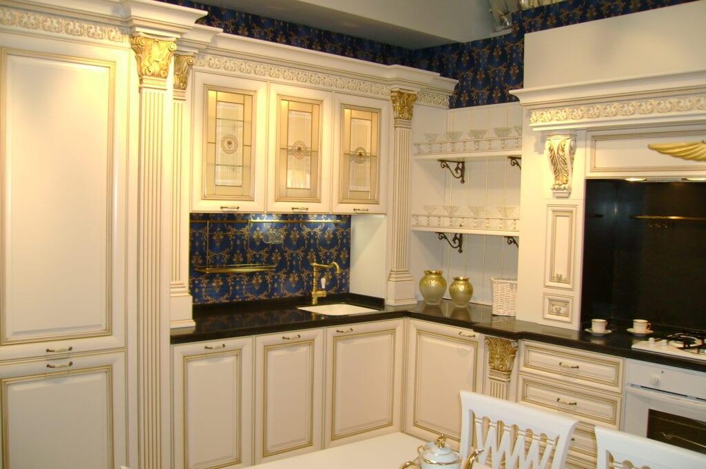 Белая с золотом кухня в интерьере фото