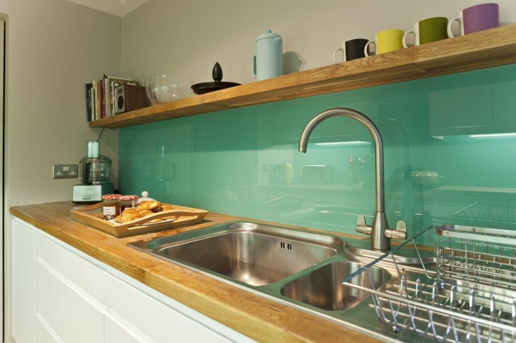 Дизайн фартука для кухни из стекла
