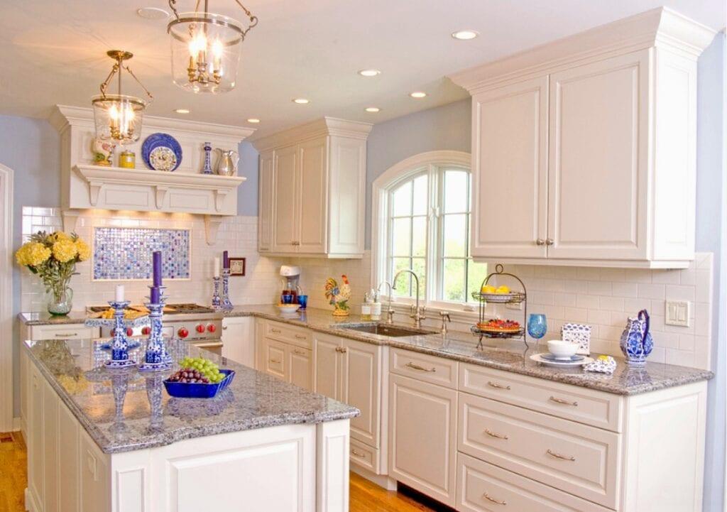 Дизайн кухни белого цвета классика