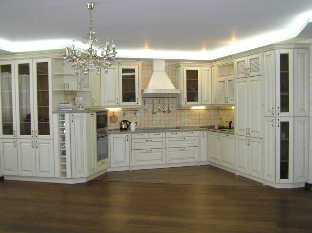Фото белой классической кухни в интерьере