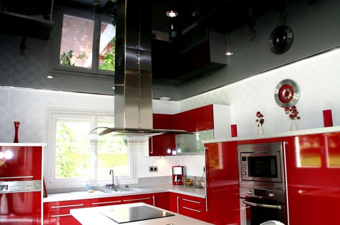Красно белый потолок на кухне
