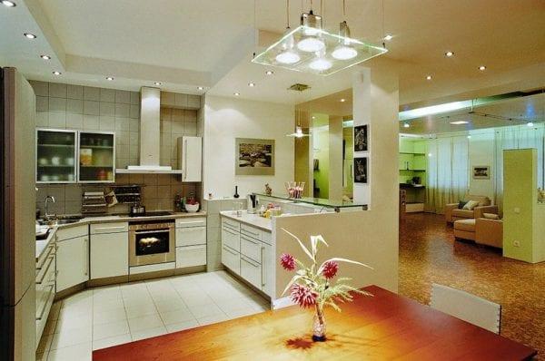 Комбинированное освещение на кухне