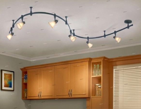 Светильники на потолочной шине на кухне