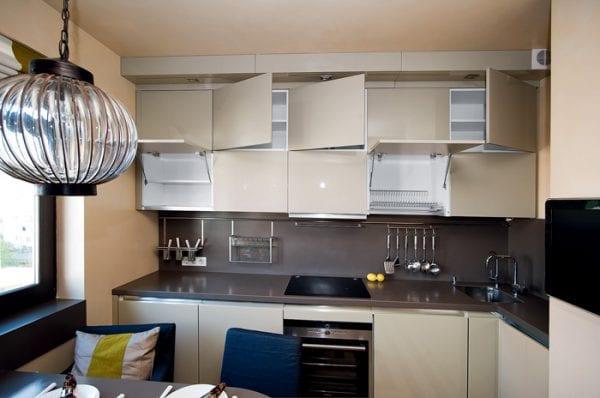 Кухня с гарнитуром во всю высоту помещения
