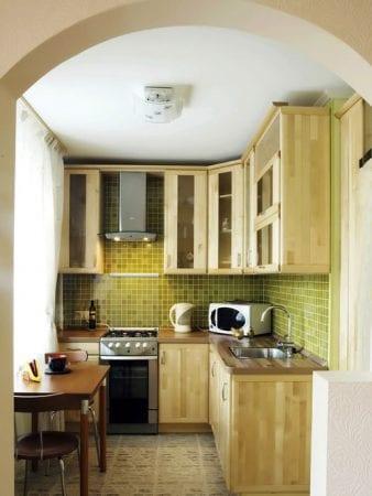 кухонный гарнитур в малогабаритной кухне в хрущевке