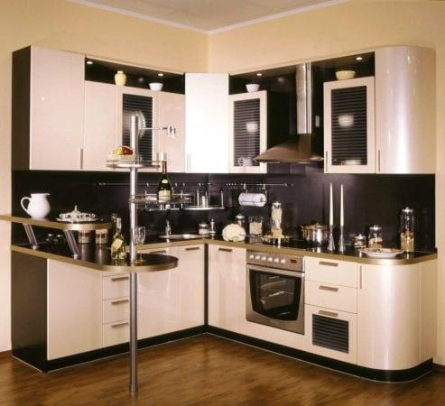 Малогабаритная кухня в блестящих металлических тонах
