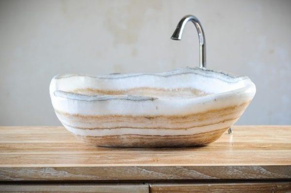 Раковина из оникса на кухне
