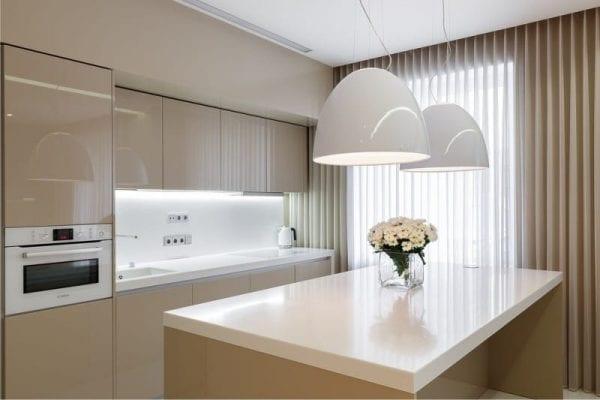 Бело-кремовая кухня