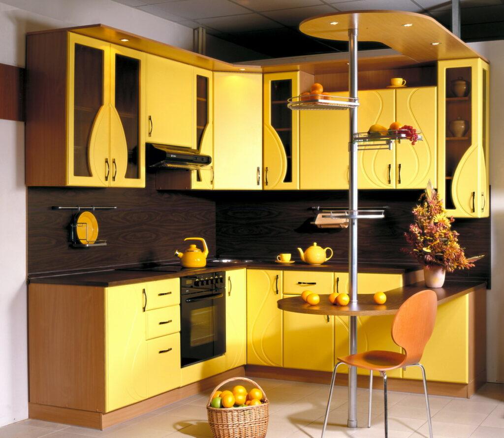 Кухня в желто коричневом цвете фото