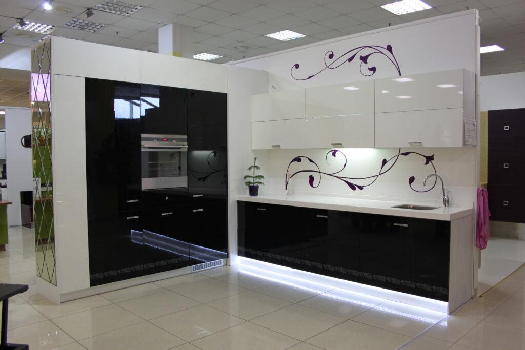 черно белая кухня дизайн интерьера и гарнитура 100 фото идей