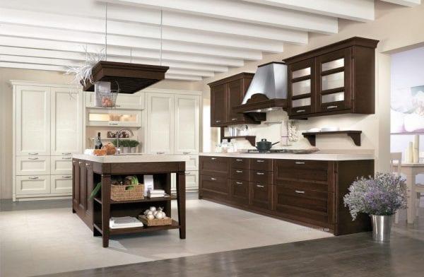 Бежевая с венге кухня в классическом стиле