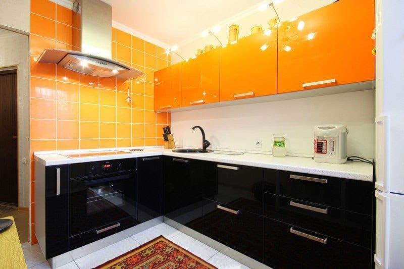 Оранжево-черная кухня