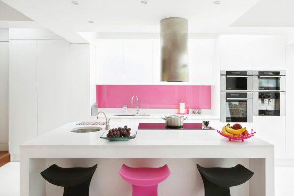 Розовый фартук на кухне