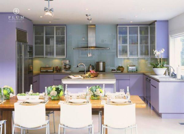 Кухня с лавандовыми фасадами