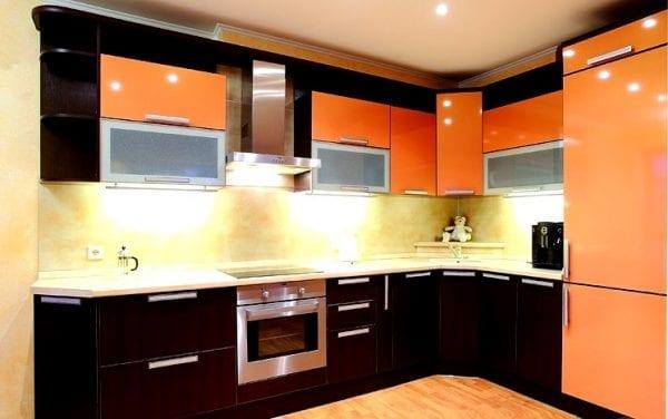 Кухни с оранжевыми фасадами м шкафчиками венге