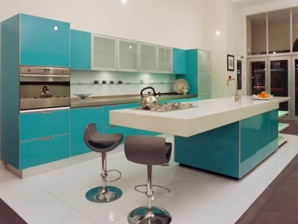 Голубая с белым кухня
