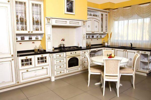 Классическая светлая кухня с черной столешницей