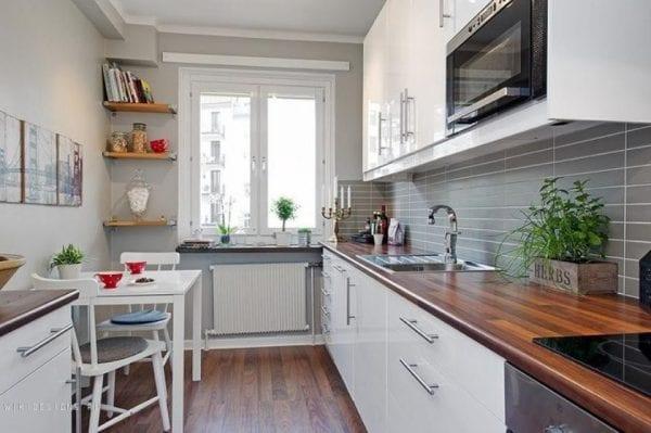 Маленькая глянцевая кухня
