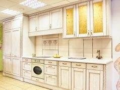 Белая кухня с патиной
