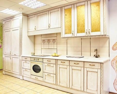 Белая кухня с патиной – интерьер для ценителей традиций