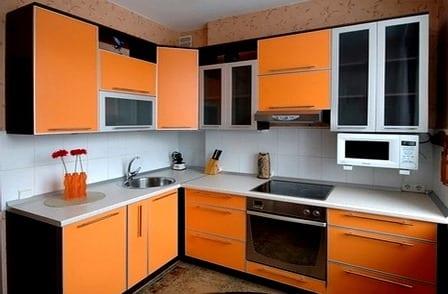Кухонный гарнитур из яркого оранжевого глянцевого пластика