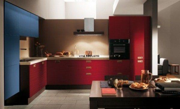 Дизайн угловой кухни в холодном красном и синем