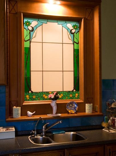 Фальш-окно с витражом на кухне