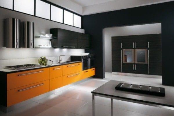 Черно-белая кухня с оранжевым низом