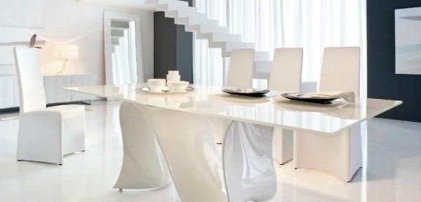 Обеденный стол цвета шампань