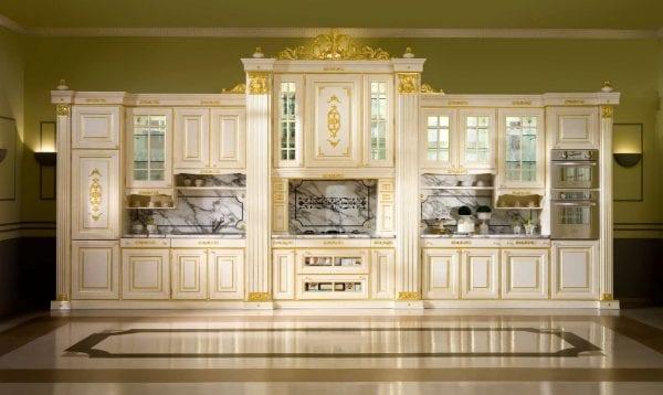Кремовые фасады мебели в классическом стиле