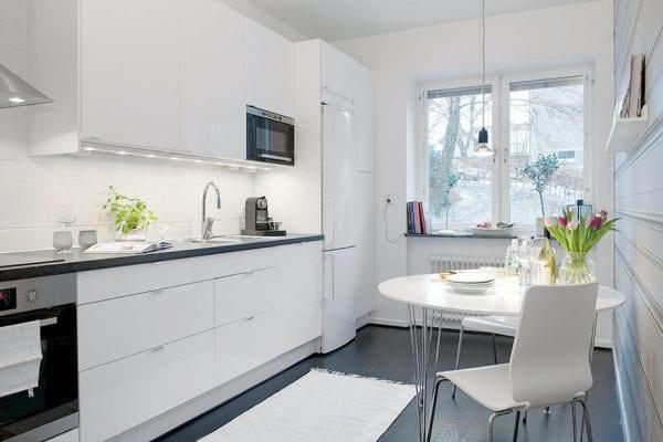 Белая кухня из пластика с круглым столом