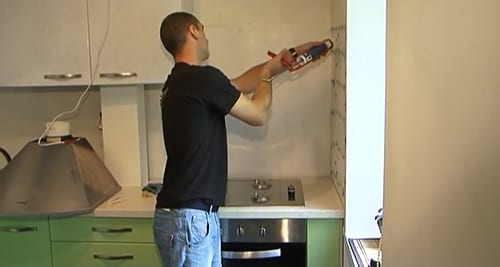 Нанесение на стену силиконовых «жидких гвоздей»
