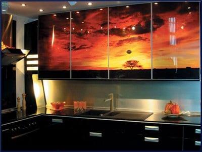Пленка с нанесенным фото без особых проблем наносится на кухонные фасады