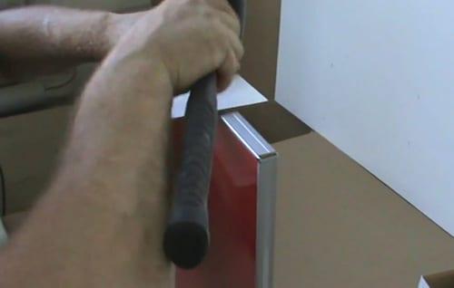Чтобы не повредить последнюю вставку, при ее забивании молотком используйте прокладку