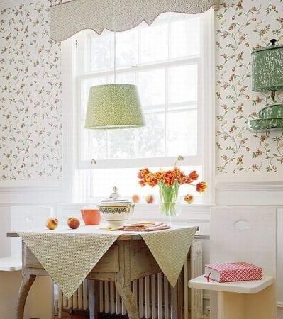 Обои с цветочным рисунком на кухне кантри
