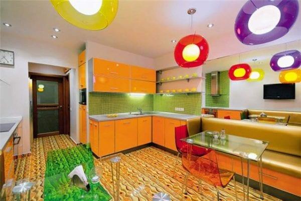 Кухня с зеленой отделкой фартука и оранжевым фасадом