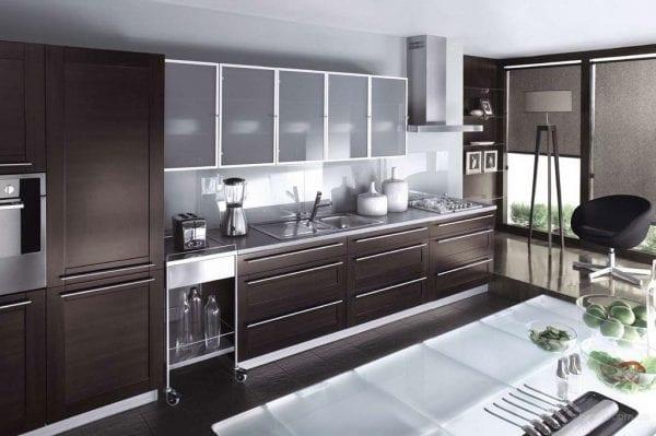 Черная кухня с рамочными стеклянными фасадами
