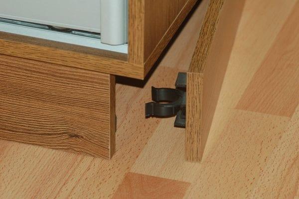 Крепление панели к ножкам шкафа