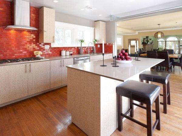 Кухня с фартуком кораллового цвета