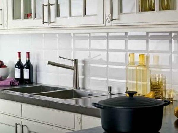 Монохромный фартук на кухне из плитки