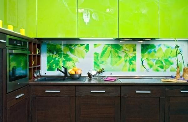 На фото – акриловые панели на кухне.