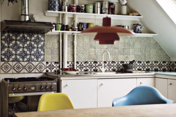 Фартук из одноцветной и узорчатой плитки